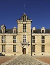 Château des ducs d'Épernon, façade sur la cour d'honneur
